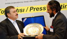 © L-R: Veysel Eroğlu, Minister of Environment and Forestry, Turkey, presents Rajendra Pachauri, IPCC Chair, with a gift.